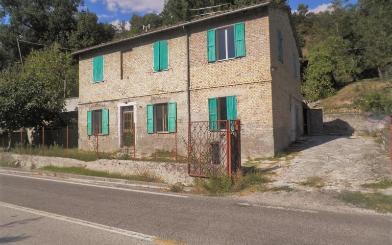 Urbino – zona Bivio Borzaga – Proprietà indipendente di ampia metratura con esteso scoperto.