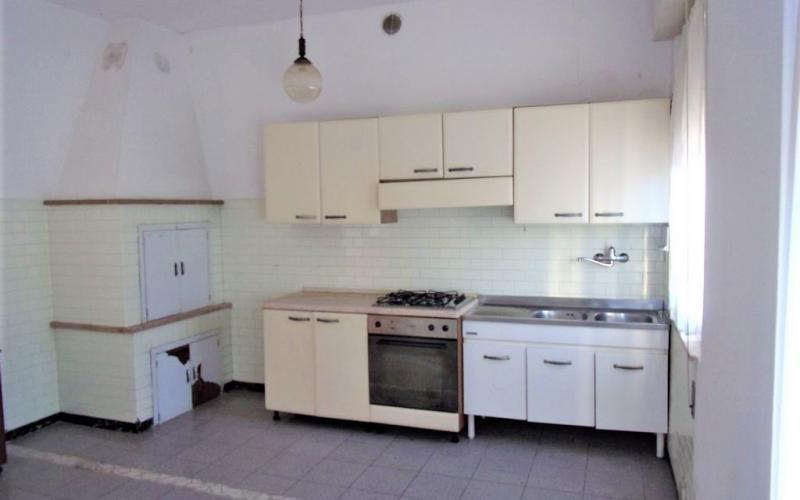 Fermignano – Ca' Vanzino si vende ampio appartamento con ingresso indipendente