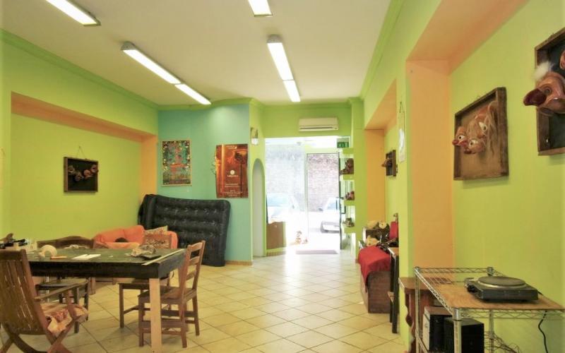 Urbino – Via Giro dei Debitori -  due locali commerciali con ampia vetrina