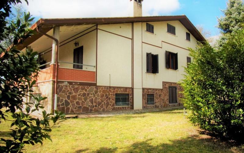 Fermignano – Villa con annesso rudere ed ampio giardino.